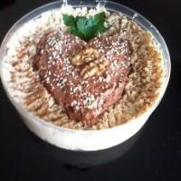 hummus de garbanzos con corazón de hummus de tomatitos secos para el día del amigo