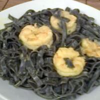 pasta negra con langostinos