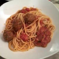 spaguetti con albondiguitas en salsa de tomates