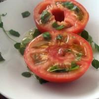 tomate al medio con oregano fresco