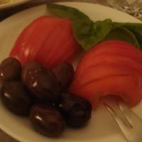 tomate fileteado con olivas