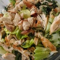 caesar con pollo y chips de kale